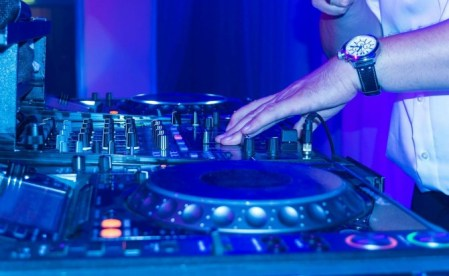 dj-turntable-scratching-music